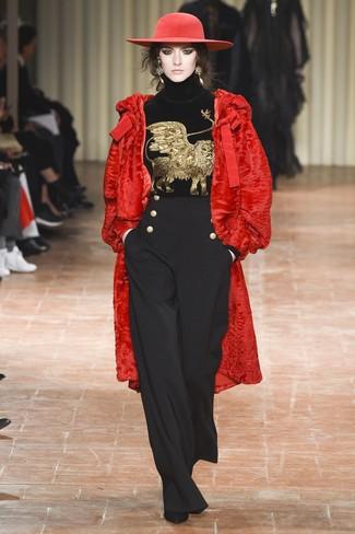 Comment porter: manteau de fourrure rouge, pull à col roulé en velours brodé noir, pantalon large noir, bottines en daim noires