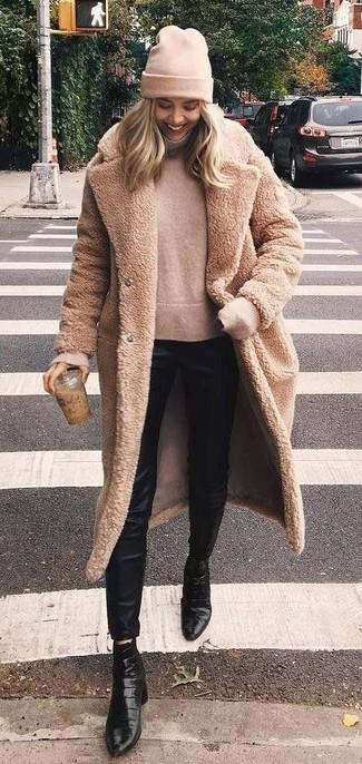 Comment porter: manteau de fourrure marron clair, pull à col roulé beige, pantalon slim en soie noir, bottines en cuir noires