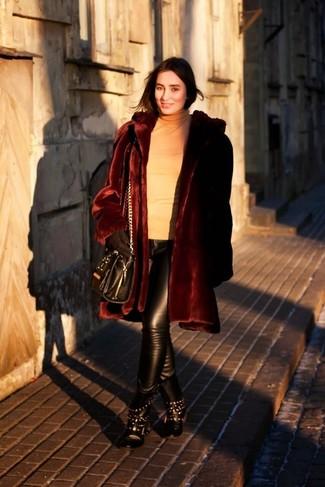 Comment porter: manteau de fourrure bordeaux, pull à col roulé marron clair, pantalon slim en cuir noir, bottines plates à lacets en cuir à clous noires