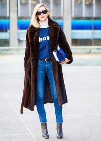 Comment porter: manteau de fourrure marron foncé, pull à col roulé blanc, pull à col rond imprimé bleu, jean skinny bleu