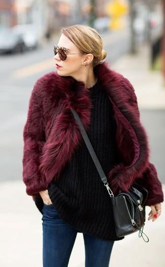 Comment porter: manteau de fourrure bordeaux, pull surdimensionné en tricot noir, jean skinny bleu marine, sac bandoulière en cuir noir