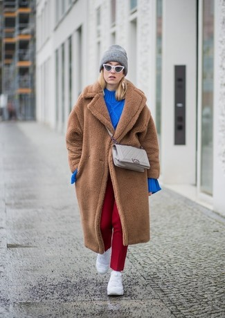 Comment porter un sac bandoulière en cuir matelassé beige: Essaie d'associer un manteau de fourrure marron avec un sac bandoulière en cuir matelassé beige pour une tenue raffinée mais idéale le week-end. Une paire de des chaussures de sport blanches apportera un joli contraste avec le reste du look.