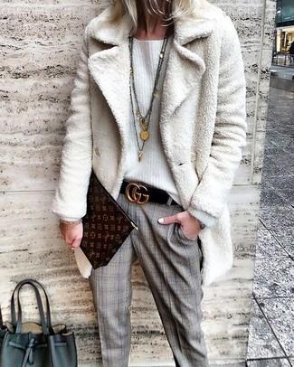 Comment porter: manteau de fourrure blanc, pull surdimensionné blanc, pantalon de costume écossais gris, pochette en cuir imprimée marron foncé