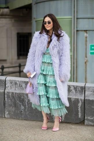 Comment porter une robe midi à volants vert menthe: Une robe midi à volants vert menthe et un manteau de fourrure violet clair sont appropriés à la fois pour les événements chic et décontractés et une tenue de tous les jours. Termine ce look avec une paire de des escarpins en satin roses.