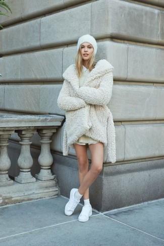 Comment porter: manteau de fourrure blanc, robe-pull beige, chemise de ville blanche, baskets basses en cuir blanches