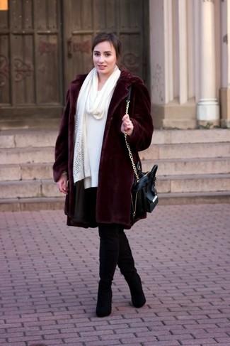 Comment porter: manteau de fourrure bordeaux, robe-pull blanche, cuissardes en daim noires, cartable en cuir noir