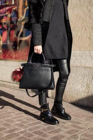 Comment porter: manteau de fourrure noir, robe-pull noire, jean skinny en cuir noir, bottines en cuir noires