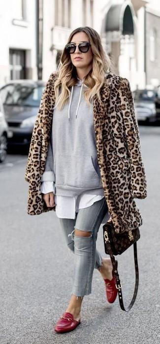 Comment porter: manteau de fourrure imprimé léopard marron clair, sweat à capuche gris, chemise de ville blanche, jean skinny déchiré gris