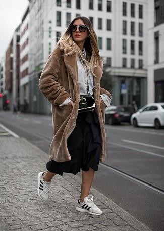 Comment porter: manteau de fourrure marron, sweat à capuche gris, jupe mi-longue plissée noire, baskets basses en cuir blanches
