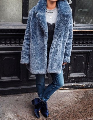 Comment porter: manteau de fourrure bleu, sweat-shirt gris, débardeur en dentelle noir, jean bleu