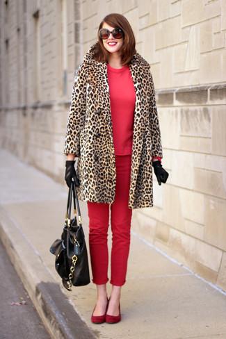 Comment porter: manteau de fourrure imprimé léopard marron clair, sweat-shirt rouge, jean skinny rouge, ballerines en daim rouges