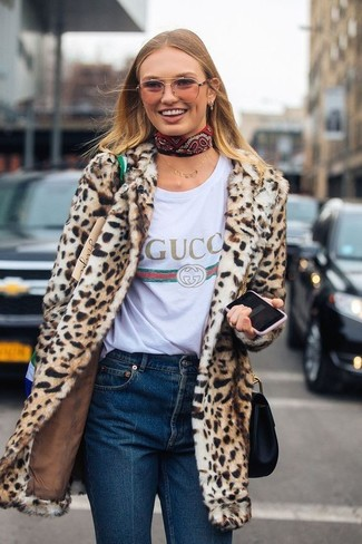 Comment porter: manteau de fourrure imprimé léopard marron clair, t-shirt à col rond imprimé blanc, jean bleu marine, sac bandoulière en cuir noir