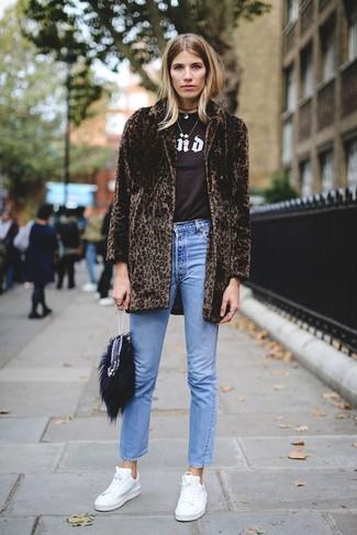 Comment porter: manteau de fourrure imprimé léopard marron foncé, t-shirt à col rond imprimé marron foncé, jean bleu, baskets basses en cuir blanches