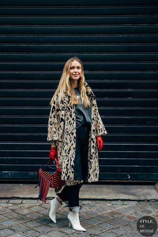 Comment porter: manteau de fourrure imprimé léopard beige, t-shirt à col rond imprimé gris foncé, jean bleu marine, bottines en cuir blanches