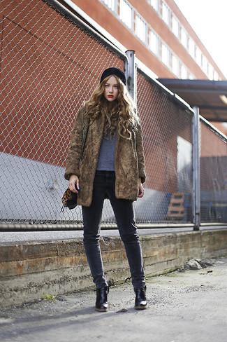 Comment porter: manteau de fourrure marron, t-shirt à col rond gris, jean skinny gris foncé, bottines en cuir noires