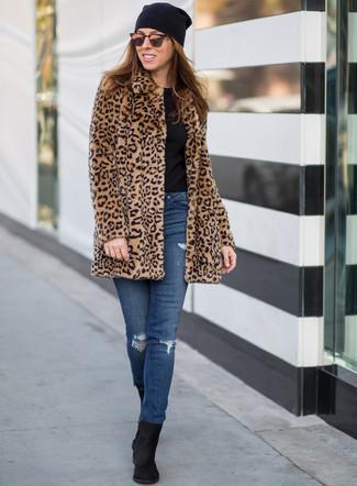 Comment porter: manteau de fourrure imprimé léopard marron clair, t-shirt à col rond noir, jean skinny déchiré bleu, bottines en daim noires