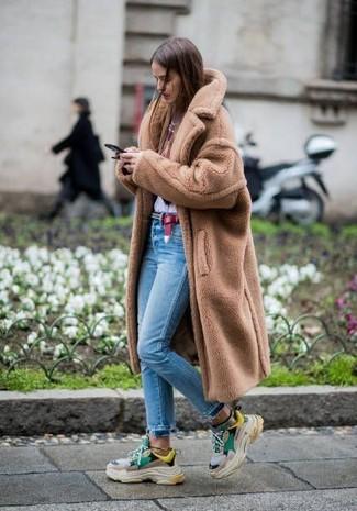 Comment porter: manteau de fourrure marron clair, t-shirt à col rond imprimé blanc et rouge, jean skinny bleu clair, chaussures de sport multicolores