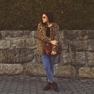 Comment porter des bottines en cuir bordeaux en hiver: Associe un manteau de fourrure imprimé léopard marron avec un jean skinny délavé à l'acide bleu pour achever un look chic. Assortis ce look avec une paire de des bottines en cuir bordeaux. Nous trouvons que pour pour les journées hivernales ce look est idéale et très sympa.