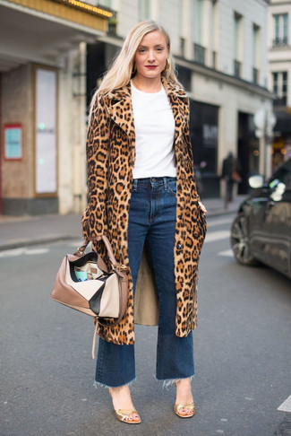 Associe un manteau de fourrure imprimé léopard brun clair avec une jupe-culotte en denim bleue pour achever un style chic et glamour. Transforme-toi en bête de mode et fais d'une paire de des sandales à talons en cuir dorées ton choix de souliers.