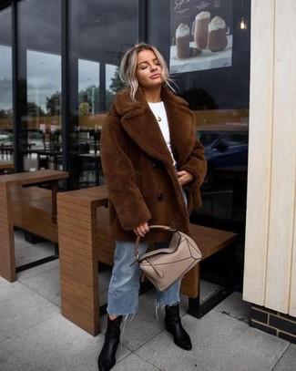 Comment porter: manteau de fourrure marron, t-shirt à col rond blanc, jupe-culotte en denim bleue, bottines en cuir noires