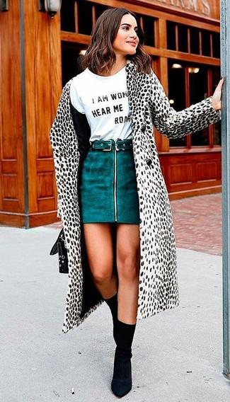 Comment porter: manteau de fourrure blanc et noir, t-shirt à col rond imprimé blanc et noir, minijupe en daim bleu canard, bottines élastiques noires