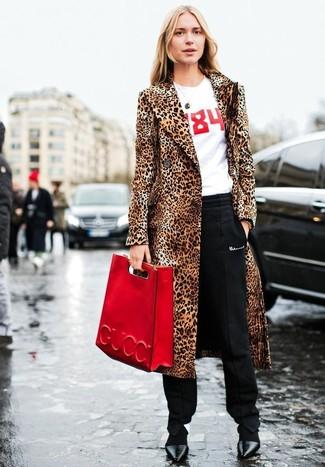 Comment porter: manteau de fourrure imprimé léopard marron clair, t-shirt à col rond imprimé blanc et rouge, pantalon carotte noir, escarpins en cuir noirs