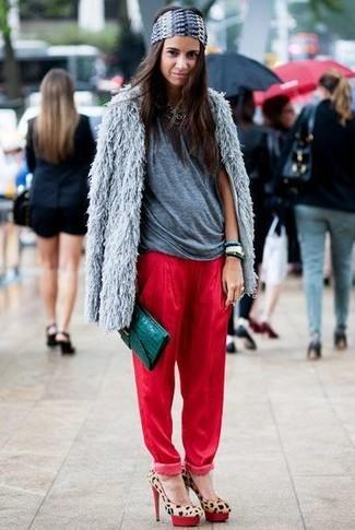 Pense à marier un manteau de fourrure gris avec un pantalon de jogging rouge pour achever un look chic. D'une humeur audacieuse? Complète ta tenue avec une paire de des escarpins en daim imprimés léopard bruns clairs.