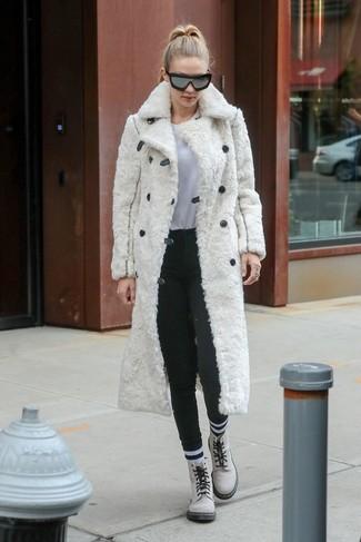 Comment porter: manteau de fourrure blanc, t-shirt à col rond blanc, pantalon slim en laine gris foncé, bottines plates à lacets en cuir blanches