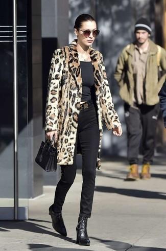 Comment porter: manteau de fourrure imprimé léopard marron clair, t-shirt à col rond noir, pantalon slim noir, bottines à lacets en cuir noires