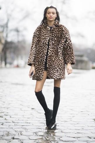 Comment porter: manteau de fourrure imprimé léopard marron clair, t-shirt à col rond noir, short noir, baskets basses en cuir noires