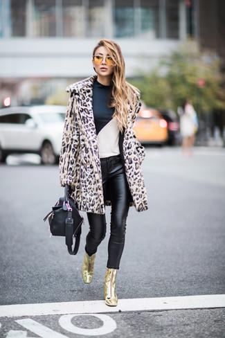Comment porter: manteau de fourrure imprimé léopard beige, t-shirt à manche longue blanc et noir, jean skinny en cuir noir, bottines en cuir dorées