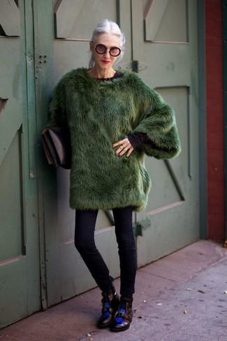 Comment porter: manteau de fourrure vert foncé, t-shirt à manche longue noir, jean skinny noir, bottines plates à lacets en cuir noires