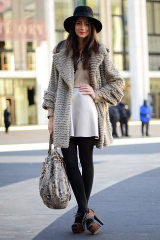 Comment porter: manteau de fourrure gris, t-shirt à manche longue marron clair, jupe patineuse blanche, sandales à talons en daim marron foncé