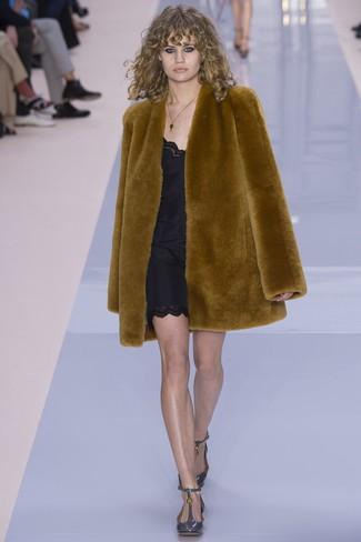 Comment porter: manteau de fourrure tabac, robe nuisette noire, escarpins en cuir gris
