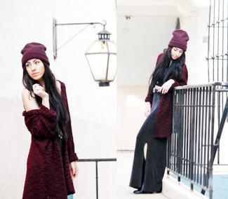 Comment porter: manteau de fourrure bordeaux, top court noir, jupe longue fendue noire, bottines en cuir noires