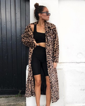 Comment porter: manteau de fourrure imprimé léopard marron, top court noir, short cycliste noir, lunettes de soleil noires