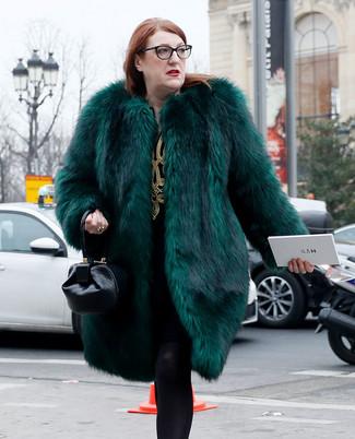 Comment porter: manteau de fourrure vert foncé, robe droite brodée noir et doré, sac à main en cuir noir, collants en laine noirs