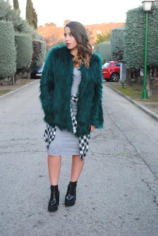 Comment porter: manteau de fourrure vert foncé, robe moulante grise, chemise de ville à carreaux blanche et noire, bottines en cuir épaisses noires