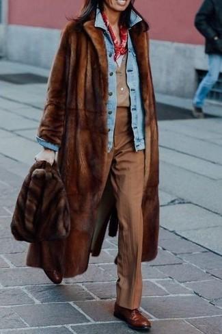 Comment porter: manteau de fourrure marron, veste en jean bleu clair, t-shirt à col en v blanc, t-shirt à col boutonné marron clair