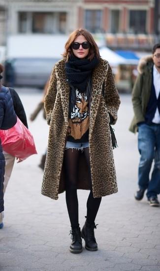 Comment porter: manteau de fourrure imprimé léopard marron clair, veste motard en cuir noire, t-shirt à col rond imprimé noir, short en denim bleu clair