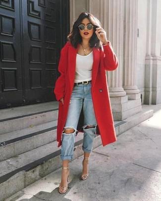 Comment porter des sandales à talons en cuir argentées: Essaie de marier un manteau rouge avec un jean boyfriend déchiré bleu clair pour un look confortable et décontracté. Une paire de des sandales à talons en cuir argentées est une option astucieux pour complèter cette tenue.