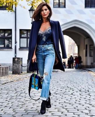 Comment porter des bottines élastiques noires: Marie un manteau bleu marine avec un jean boyfriend déchiré bleu clair pour une tenue relax mais stylée. Complète ce look avec une paire de des bottines élastiques noires.