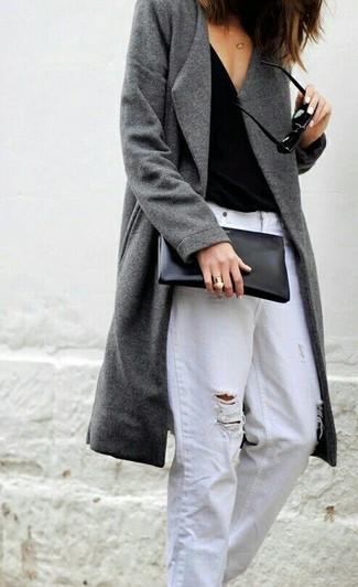 Comment porter: manteau gris, débardeur noir, jean boyfriend déchiré blanc, pochette en cuir noire