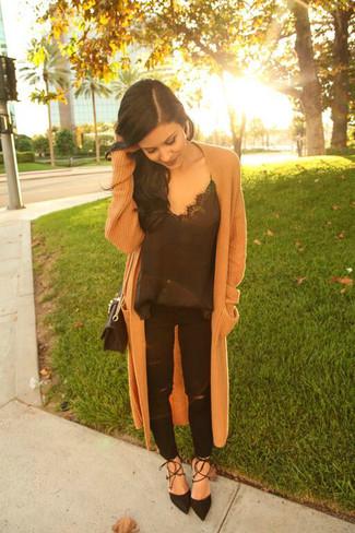 Comment porter: manteau en tricot marron clair, débardeur en soie noir, jean déchiré noir, escarpins en daim noirs