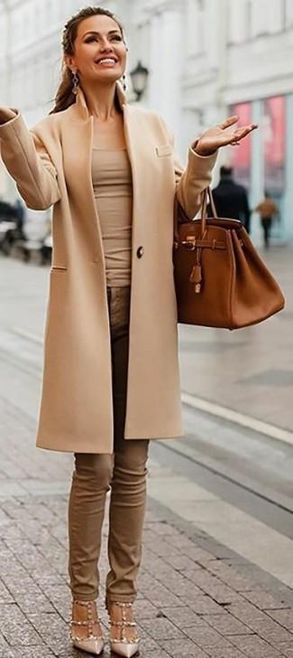 Comment porter des boucles d'oreilles marron clair à 30 ans: Marie un manteau marron clair avec des boucles d'oreilles marron clair pour un look confortable et décontracté. Cet ensemble est parfait avec une paire de des escarpins en cuir à clous beiges.