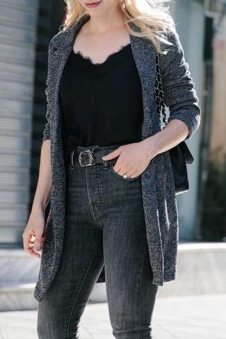 Comment porter: manteau en tricot gris foncé, débardeur en soie noir, jean skinny gris foncé, cartable en cuir noir