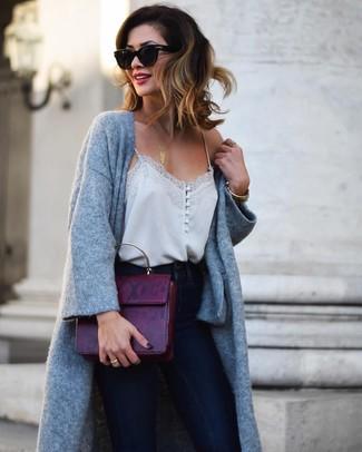 Comment porter un cartable en cuir pourpre foncé: Pense à porter un manteau en tricot gris et un cartable en cuir pourpre foncé pour un look confortable et décontracté.