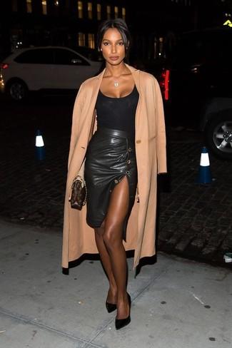 Comment porter  manteau marron clair, débardeur noir, jupe crayon en cuir  fendue noire c8511c7d011b