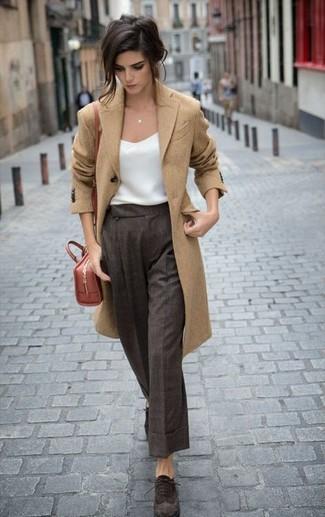 Comment porter: manteau marron clair, débardeur en soie blanc, pantalon large écossais marron foncé, chaussures richelieu en daim marron foncé