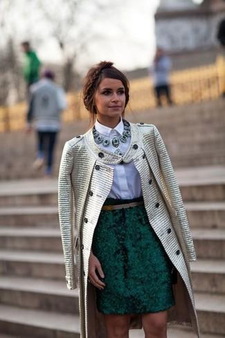 Tenue de Miroslava Duma: Manteau doré, Chemise de ville blanche, Jupe crayon vert foncé, Collier vert foncé
